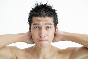 困り顔をした日本人男性の写真素材 [FYI01871797]