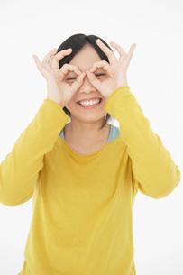指の穴から覗く日本人女性の写真素材 [FYI01871811]