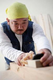 カンナで木を削る男性の写真素材 [FYI01871896]
