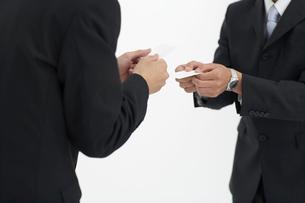 名刺を交換する日本人ビジネスマンの写真素材 [FYI01871936]