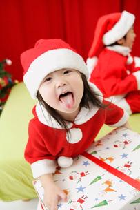 サンタクロース姿の子供たちの写真素材 [FYI01872022]