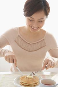 食事をする日本人女性の写真素材 [FYI01872297]