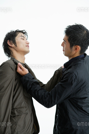 ずぶ濡れになってケンカをする日本人男性の写真素材 [FYI01872381]