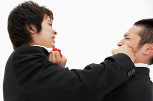 喧嘩をする二人の日本人ビジネスマンの写真素材 [FYI01872543]