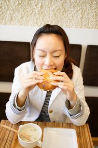 カフェで食事をする日本人女性の写真素材 [FYI01872746]