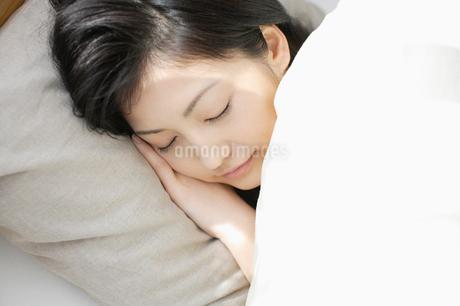 ベッドで眠る日本人女性の写真素材 [FYI01872759]