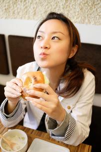カフェで食事をする日本人女性の写真素材 [FYI01872765]