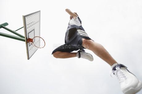 バスケットボールをする男性の写真素材 [FYI01872848]