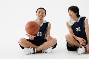 バスケットボールと男性たちの写真素材 [FYI01872880]