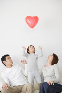 風船を見つめる家族の写真素材 [FYI01872956]