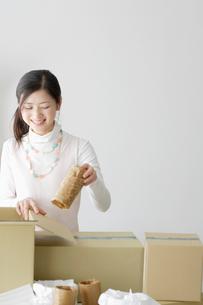 梱包作業をしている女性の写真素材 [FYI01873064]