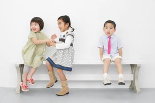 ベンチに座る三人の子供の写真素材 [FYI01873173]