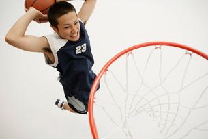 バスケットボールをする男性の写真素材 [FYI01873262]