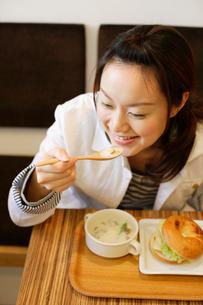 カフェで食事をする日本人女性の写真素材 [FYI01873282]