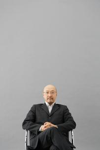 イスに腰掛ける男性の写真素材 [FYI01873293]