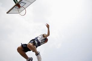 バスケットボールをする男性の写真素材 [FYI01873397]