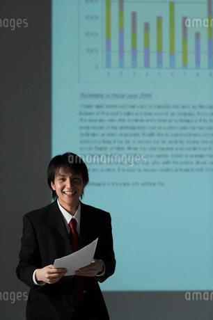 書類を持つビジネスマンの写真素材 [FYI01873436]