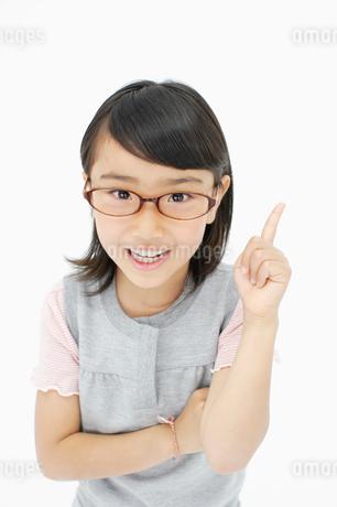 人差し指を立てる女の子の写真素材 [FYI01873466]