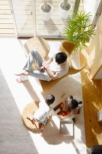 リビングでくつろぐ日本人家族の写真素材 [FYI01873562]