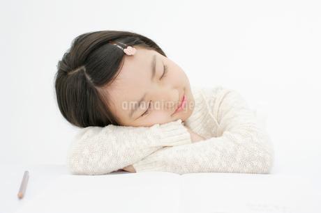 うたた寝をする女の子の写真素材 [FYI01873641]