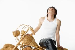 籐のバイクに座る男性の写真素材 [FYI01873660]