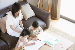 リビングで遊ぶ日本人の親子の写真素材 [FYI01873672]
