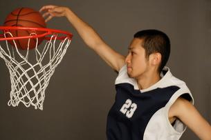 バスケットボールをする男性の写真素材 [FYI01873821]