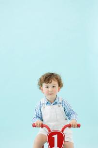 三輪車に乗ったハーフの男の子の写真素材 [FYI01873916]