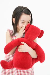 ぬいぐるみを抱く女の子の写真素材 [FYI01873975]