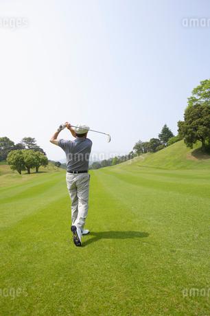 ゴルフをする男性の後ろ姿の写真素材 [FYI01874178]
