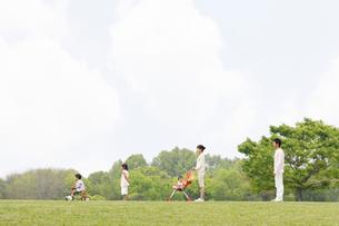一列に並ぶ日本人家族の写真素材 [FYI01874235]