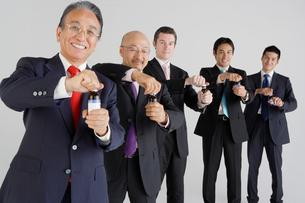 ドリンクと五人のビジネスマンの写真素材 [FYI01874441]