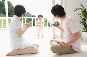 リビングルームの家族の写真素材 [FYI01874446]