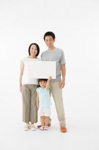 メッセージボードを待った日本人親子の写真素材 [FYI01874533]
