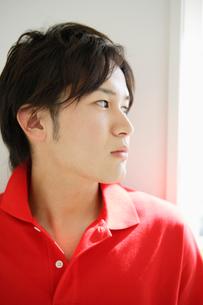 赤いポロシャツの男性の写真素材 [FYI01874568]