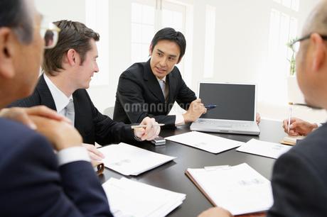 会議中のビジネスマンの写真素材 [FYI01874734]