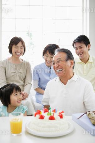 三世代家族とイチゴのケーキの写真素材 [FYI01874781]