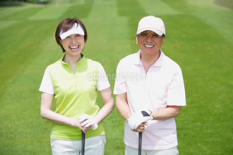 ゴルフ場の中高年カップルの写真素材 [FYI01874817]