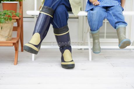 長靴を履いてイスに座る足元の写真素材 [FYI01874833]
