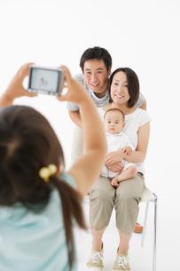 デジカメで写真を撮る日本人家族の写真素材 [FYI01874889]