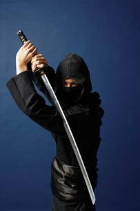 刀をかまえる忍者の写真素材 [FYI01874995]