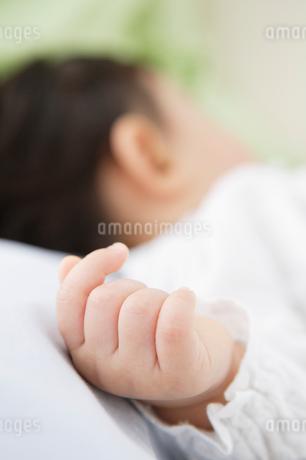 赤ちゃんの手のアップの写真素材 [FYI01875168]