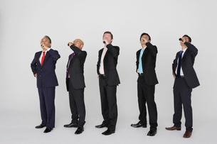 ドリンクを飲む五人のビジネスマンの写真素材 [FYI01875239]