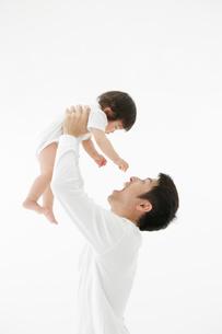 赤ちゃんを持ち上げる父親の写真素材 [FYI01875273]