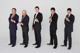 ドリンクと五人のビジネスマンの写真素材 [FYI01875326]