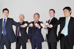 ドリンクと五人のビジネスマンの写真素材 [FYI01875573]