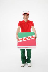 ピザを配達する男性の写真素材 [FYI01875637]
