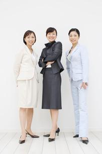 立ち姿の三人のOLの写真素材 [FYI01875693]