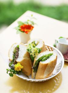 テーブルの上の食事の写真素材 [FYI01875701]