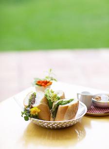 テーブルの上の食事の写真素材 [FYI01875703]